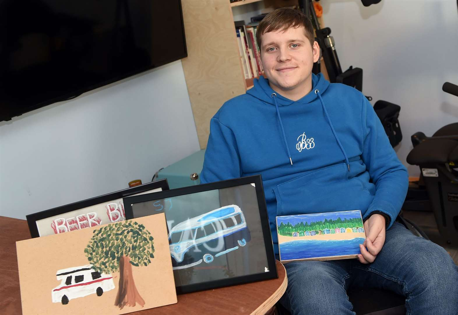 Artist sells paintings to thank spinal injuries charity for its support