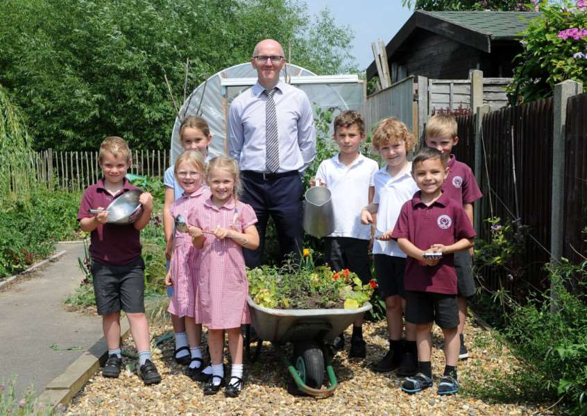 Bressingham Primary School are having a promise auction to raise money for their kitchen''Pictured: The Head Teacher and the Gardening Club '''PICTURE: Mecha Morton