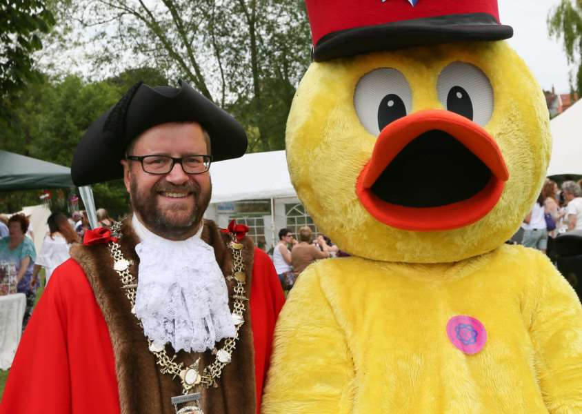MDEP-11-06-2017-031. New Diss Mayor Trevor Wenman with Dinsdale . Diss Carnival 2017