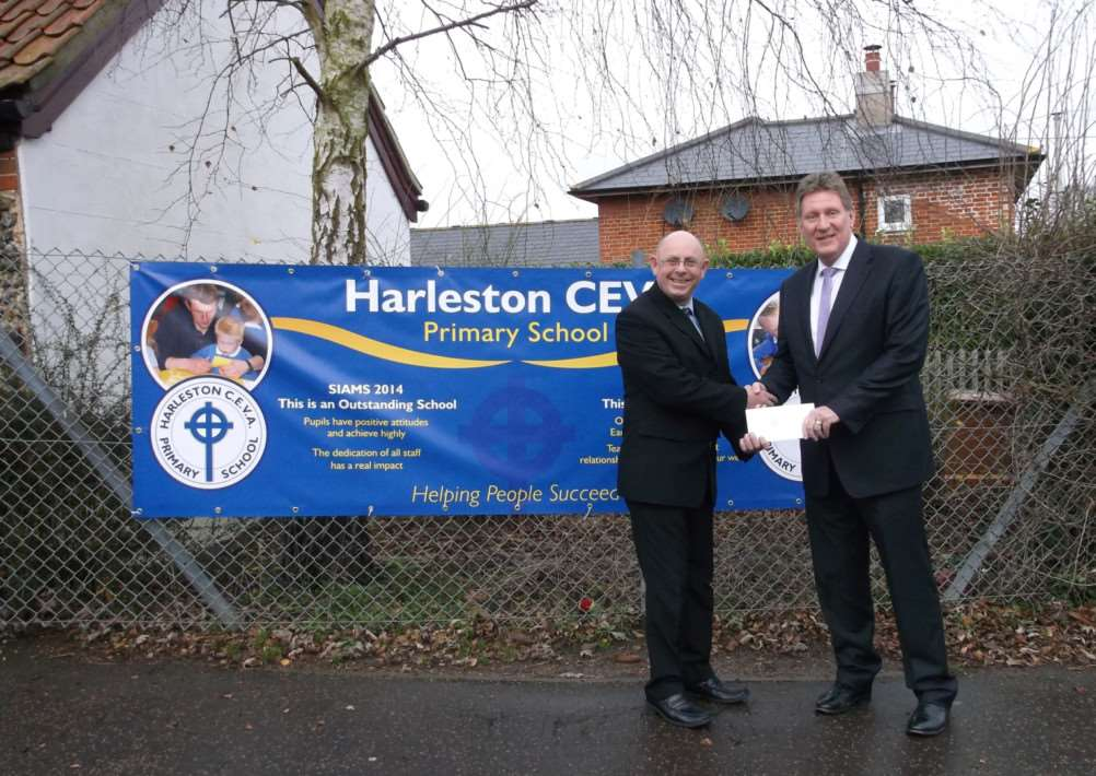 Andrew Lefevre from Durrants Estate Agents presents a cheque for �75 to Harleston Primary School ANL-141229-112606001