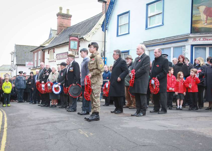 MDEP-13-11-2016-036 Diss Remembrance Sunday 2016 2 minutes silence