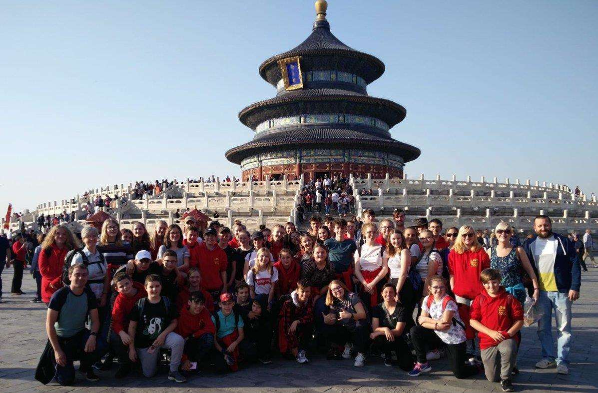 The students in front of the Temple of Heaven.